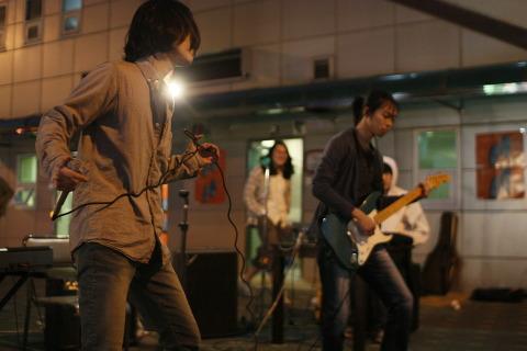 쓰레빠 음악회 사진 (14) 늘 새로운 모습을 보여주기 위해 고심하는 형제 밴드 악어들.