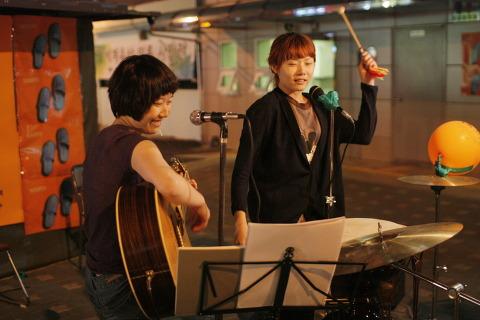 쓰레빠 음악회 사진 (15) 충격적인 데뷔 무대를 치룬 무키무키 만만수. 그녀들의 다음 행보는?