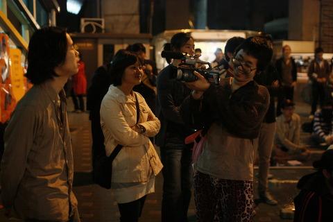 쓰레빠 음악회 사진 (17) 공연을 흐뭇하게 바라보고 있는 은정 누나(가운데)
