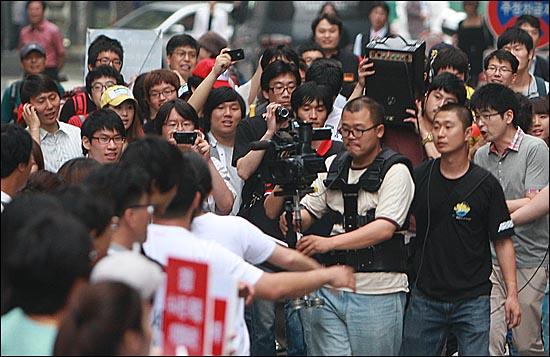 10일 오후 서울 종로구 청계광장 앞에서 학생과 시민들이 '반값등록금 실현을 위한 립덥(Lipdub) 영상'을 촬영하고 있다.