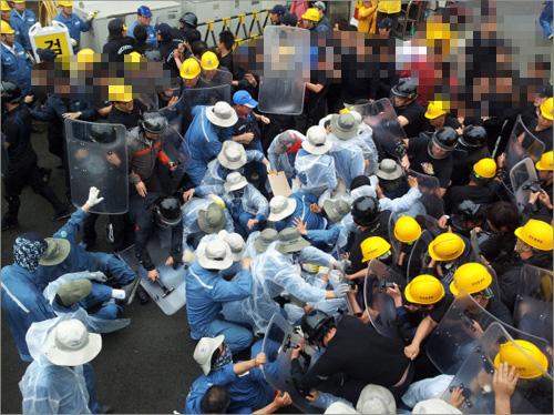 '희망버스' 도착을 앞두고 한진중공업 사측과 조합원들이 출동해 부상자 다수가 발생했다.