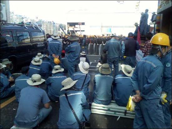 11일 오전 한진중공업 영도조선소 안에서 사측의 용역직원과 노동조합 조합원들이 대치하고 있다.