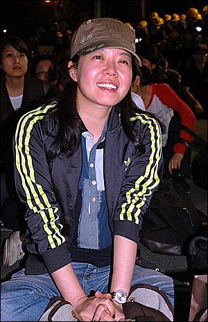 12일 새벽 희망버스를 타고 와 한진중공업 정리해고 반대집회에 참석한 배우 김여진씨.