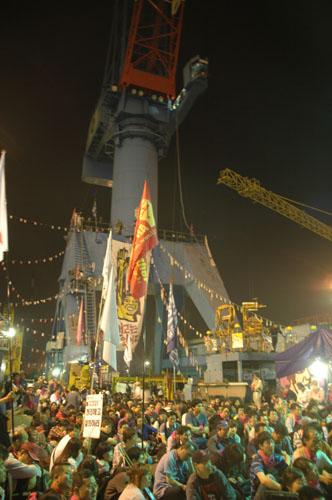 12일 새벽 3시경 김진숙 지도위원이 고공농성하고 있는 한진중공업 영도조선소 85호 크레인에서 희망버스 참가자들이 집회를 하고 있다.