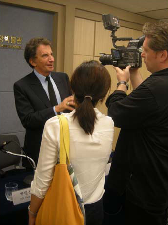 국내외언론과 인터뷰하는 자크 랑 전 장관