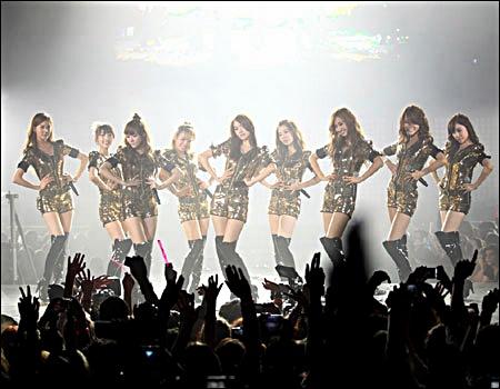 SM 타운 파리 공연에서 소녀시대가 공연을 펼치고 있다.