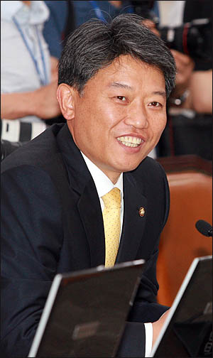 4.27 재보선에서 당선된 김선동 민주노동당 의원이 14일 국회 외교통상통일위원회 전체회의에 첫 출석해 인사말을 하고 있다.