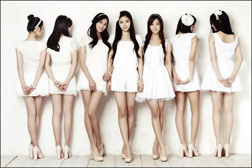 아이돌 그룹이 '성공모델'로 인식되면서 기획사들이 어린 단원들을 고용하는 비율이 폭발적으로 늘고 있다. 사진은 '에이 핑크'로, 단원 7명 가운데 한 명을 빼고 모두 미성년자다.