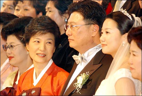 2004년 12월 14일 서울 워커힐 호텔에서 열린 결혼식에서 당시 한나라당 박근혜 대표가 흐뭇한 듯 박지만씨와 신부 서향희씨를 쳐다보고 있다.