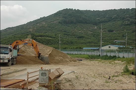한국농어촌공사 창원지사는 낙동강에서 퍼온 준설토를 본포지구 농경지리모델링사업에 사용했다. 사진 오른쪽에 보이는 건물이 박영복씨가 사는 집과 우사다.