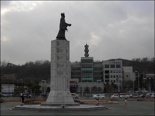 경기도 구리시 교문동의 경관광장에 있는 광개토태왕 동상.