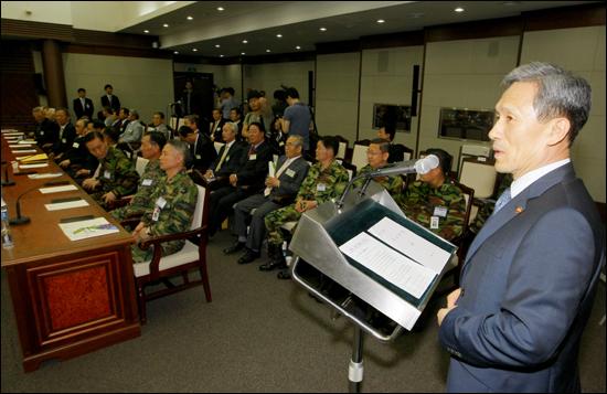 5월 26일 서울 용산구 국방부에서 열린 예비역장성 초청 국방개혁 설명회에서 김관진 국방장관이 인사말하고 있다.