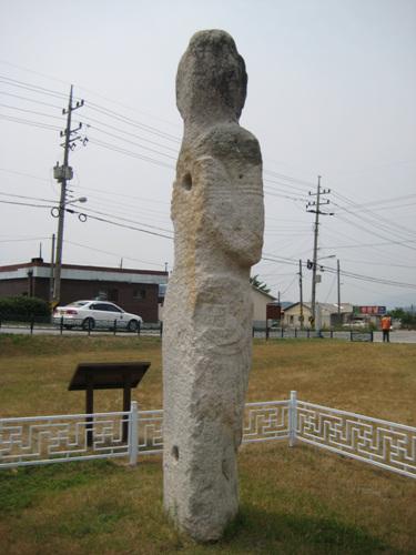 만복사지 석인상 모습 만복사지 석인상 은 현재 현장에 우뚝하게 서 있다.