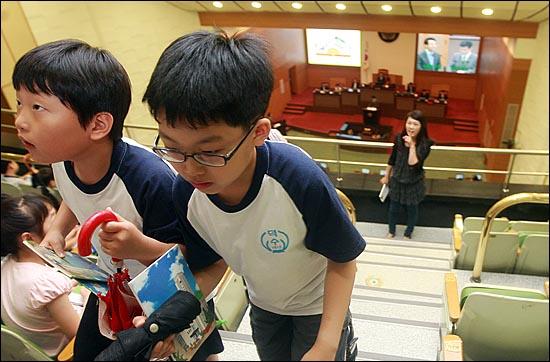 서울시의회를 견학 온 덕수초등학교 학생들이 22일 오전 서울 중구 서울시의회에서 열린 정례회를 방청한 뒤 자리를 떠나고 있다.