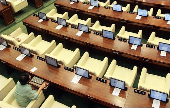 22일 오전 중구 서울시의회에서 제231회 정례회 제3차 본회의가 열린 가운데, 시의원들이 참석하지 않아 본회의장 의원석이 텅 비어 있다.