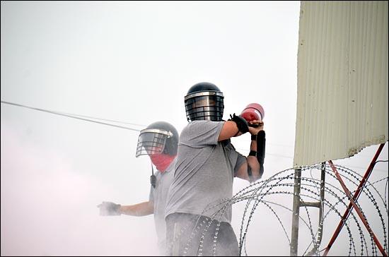 22일 오전 충남 아산시 유성기업에서 헬멧과 마스크로 얼굴을 가리고 방패를 든 회사측 용역업체 직원들이 출근을 시도하는 노조원들 2백여명에게 쇠파이프, 죽창을 휘두르고 소화기를 던지는 등 폭력을 휘둘러 20여명이 병원으로 실려가는 사태가 발생했다.