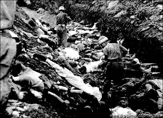 1950년 대전 산내 골령골에서 벌어진 대전형무소 수감 정치범 및 보도연맹원 집단 학살 장면. 미 극동군사령부 주한연락사무소 총책임자인 에버트 소령이 촬영했다. 이 사진은 50년간 비밀문서로 분류돼 묶여 있다가 지난 1999년 말 해제됐다.
