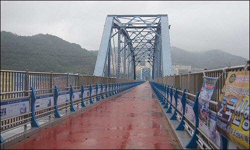 왜관읍 선적리 쪽에서 바라본 왜관철교의 모습. 무너지기 전에는 인도로 사용되었다.