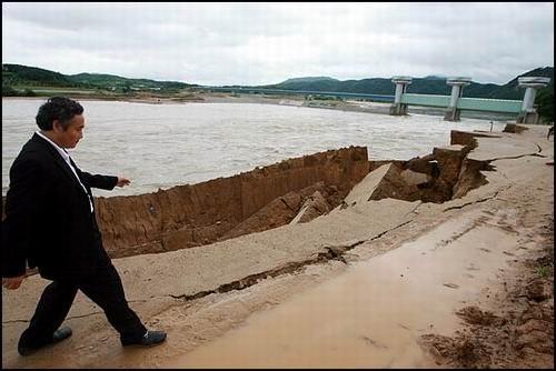 무너지는 낙동강 상주댐 제방 이번 태풍 메아리로 불어난 강물을 견디지 못하고 낙동강 상주댐 제방이 무너지고 있다.