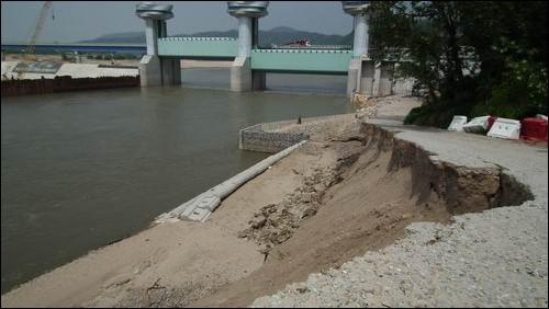 무너진 제방을 다시 쌓았건만... 지난 5월 봄비에도 무너졌던 상주댐 제방입니다. 무너진 제방을 다시 두텁게 복구했지만 또 다시 붕괴되었습니다.