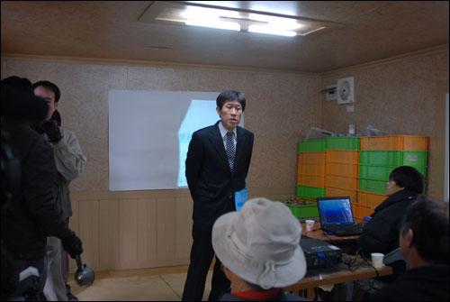 경산유해발굴 기자회견 중