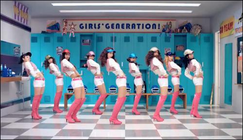 아이돌 기획사는 창의적 재능을 갖춘 지망생을 원하지 않는다. 이상적인 후보는 정해 준 동작을 그대로 익혀 따르는 기계적 완벽성이다. 사진은 소녀시대의 '오!' 뮤직비디오의 한 장면.