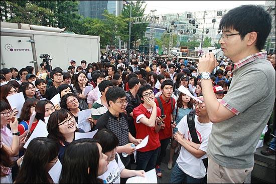 탁현민씨가 10일 오후 서울 종로구 청계광장 앞에서 '반값등록금 실현을 위한 립덥(Lipdub) 영상' 촬영을 위해 참가한 학생, 시민들과 함께 노래 연습을 하고 있다.