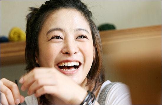 영화 도약선생의 주연배우들이 28일 오후 서울 압구정동의 한 카페에서 오마이뉴스와 만났다. 배우 박희본이 영화에 대해 이야기하며 웃고 있다.