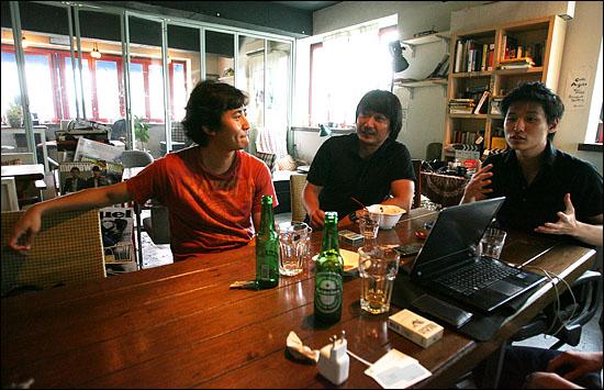 민용근, 박정범, 윤성현 감독 (왼쪽부터)이 2일 오후 서울 서교동의 한 카페에서 자신들의 작품세계와 독립영화계에 대해 이야기를 나누고 있다.