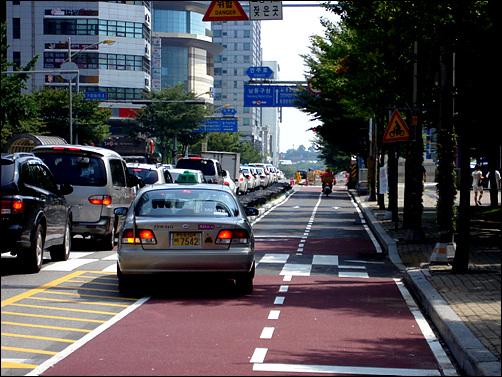 자전거 전용도로를 만들었지만 자전거 대신 오토바이위 불법주정차만 늘어났다.