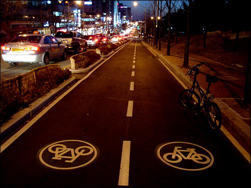 야간에는 교통체증이 더욱 심한데, 차선을 줄여 만든 자전거 전용도로는 애물단지였다.