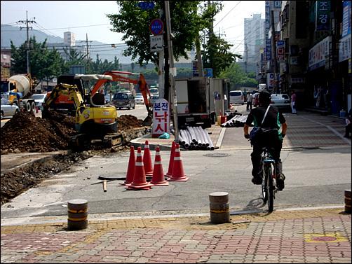 인천 곳곳은 여전히 공사판이라 자전거를 이용하기란 쉽지 않다.