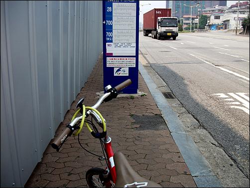 버스정류소 표지판이 길을 가로막은 곳이 한두군데가 아니다.