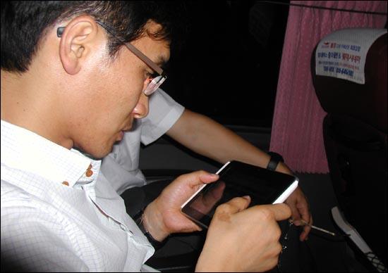 통영행 고속버스 안에서 4G 단말기로 와이브로에 연결해 웹사이트를 검색하고 있다.