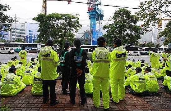 경찰이 '2차 희방버스'의 거리행진과 한진중공업 영도조선소 앞에서 열릴 집회를 불허한 가운데, 9일 오후 부산 영도구 한진중공업 영도조선소 앞에 수많은 경찰들이 배치돼 있다.