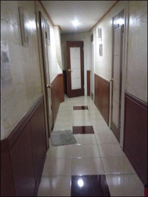 청년유니온 조합원이 사는 고시원 복도 복도에 아무도 없다는 것이 확인되어야만 방에 있는 사람들이 밖으로 나온다