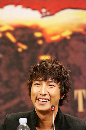 11일 오후 서울시청앞 프라자호텔에서 열린 뮤지컬<조로>제작발표회에서 조로 역의 배우 박건형이 기자들의 질문에 답하며 웃고 있다.