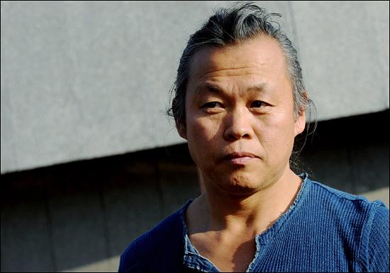 김기덕 감독이 6일(현지 시간) 체코 카를로비바리에서 열린 제46회 카를로비바리 국제 영화제에 참석해 자신의 신작 '아리랑' 상영에 앞서 포즈를 취하고 있다. 이번 영화제는 오는 9일까지 열린다.