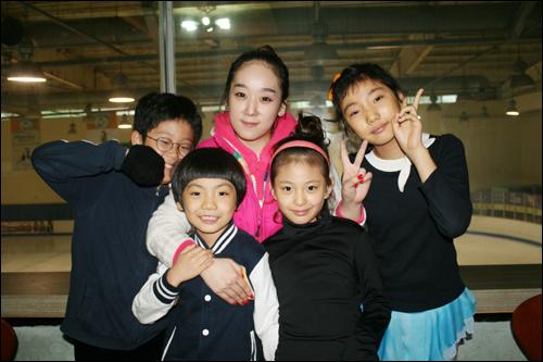 수원 탑동링크에서 만난 꼬마 4인방, 왼쪽부터 찬웅(10), 동현(9), 한지희 코치(29), 찬주(8), 아현(11)이.