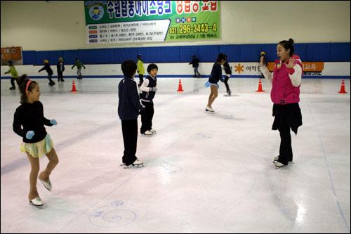 한지희 코치의 지도아래, 4명의 아이들이 피겨 연습에 한창이다