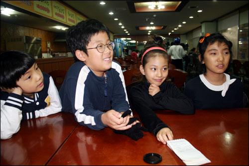 수원 탑동 빙상장에서 만난 피겨 4인방, 아이들은 바쁜 와중에도 피겨가 좋다고 말한다.