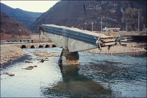 2002년 태풍 루사로 가장 큰 홍수 피해를 입은 강원도입니다.  2002년 태풍 루사 때 강원도의 홍수 피해액은 전국의 85%를 차지했습니다. 이곳 역시 4대강 사업과는 아무 상관없는 곳입니다. 그런데 이 대통령은 4대강 사업으로 전국의 모든 홍수 피해를 예방할 것 처럼 '뻥'을 치셨습니다.