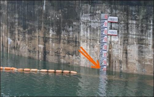 댐의 만수위를 육박하고 있는 안동댐입니다.  7월12일 현재 저수율 78%. 155m로서 만수위를 육박하고 있습니다. 이틀 뒤인 7월14일엔 80%로 저수율이 더 증가하였습니다. 집중호우가 지속되고 태풍이 예고되고 있음에도 4대강공사 현장이 유실될까봐 댐의 물을 방류하지 않는 무모한 도박을 벌이고 있습니다. 사력댐에 불과한 안동댐이 만약 붕괴한다면 안동시내는 물론이요, 엄청난 재앙이 발생할 것입니다.