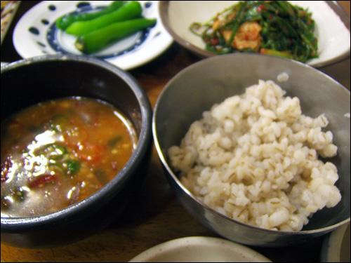 된장찌개와 보리밥. 누른국수의 곁들임 음식으로서, 자작하게 끓인 된장찌개와 보리밥이 함께 나온다.