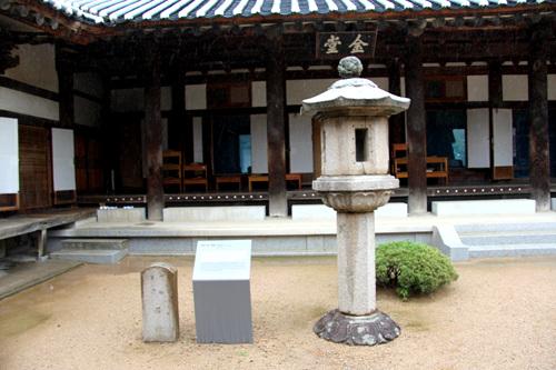 보물 제193호인 청도 운문사 금당앞 석등. 통일신라시대의 석등이다