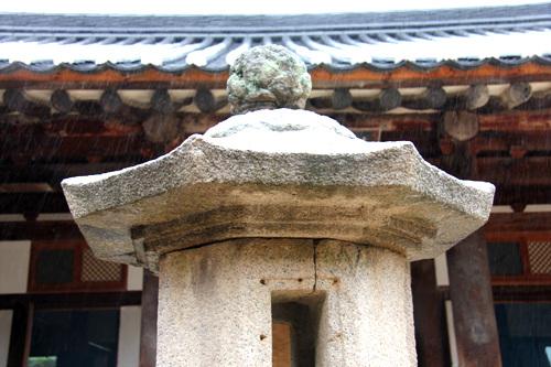 지붕돌 팔각으로 조성한 지붕돌. 윗면에는 연껓잎이 조각되어 있다