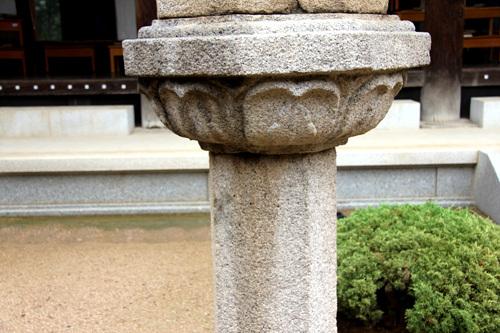 간주석 석등을 받치고 있는 기둥, 아무런 장식이 없다