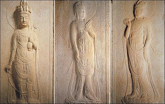 석굴암 주실인 원굴에 들어서면 좌우의 천부상 다음에 보살입상이 배치되어 있다.