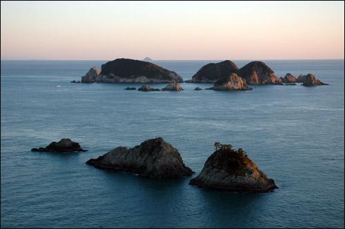 대소병대도 앞쪽이 소병대도, 뒤쪽이 대병대도. 대소병대도는 약 50여개의 크고 작은 섬과 바위섬이라 불리는 여로 무리지어 있다. 거제도 제1의 비경이라고 해도 과언이 아니다.