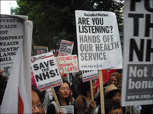NHS 축소 반대를 외치는 시위대.